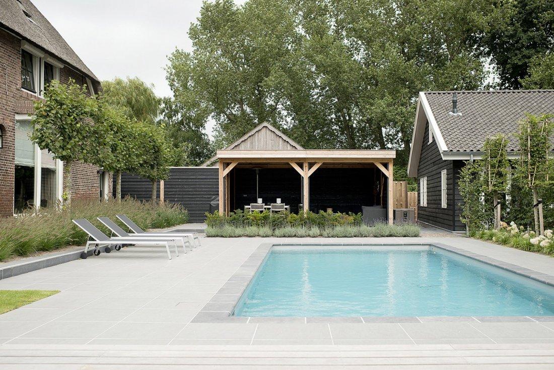 Modern klassieke tuin met zwembad for Eigen zwembad in de tuin