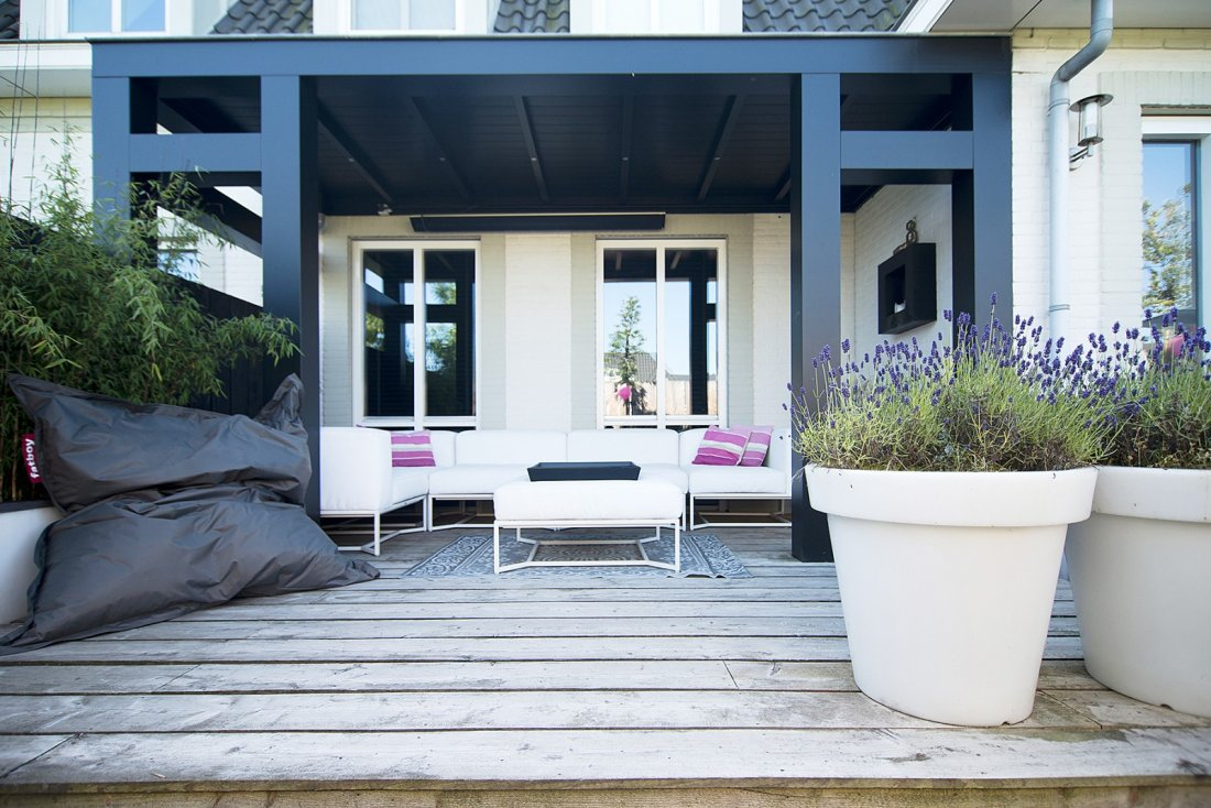 sfeervolle moderne stadstuin met veranda. Black Bedroom Furniture Sets. Home Design Ideas