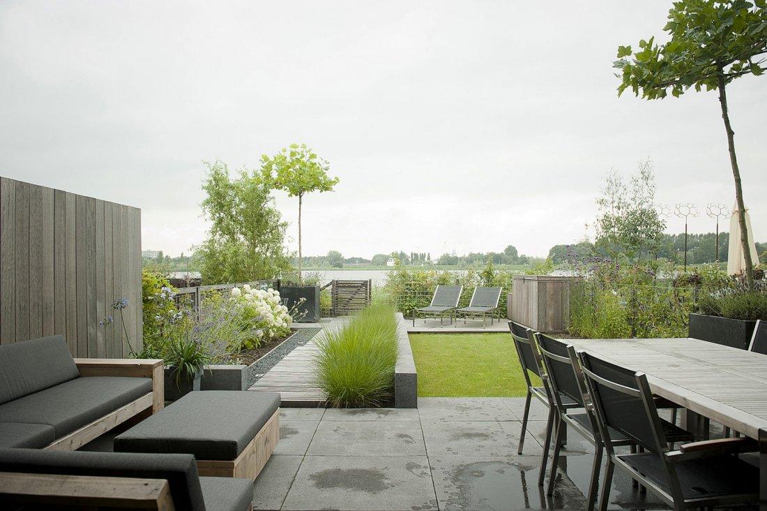 Strakke achtertuin in moderne nieuwbouw - Moderne tuinfoto ...