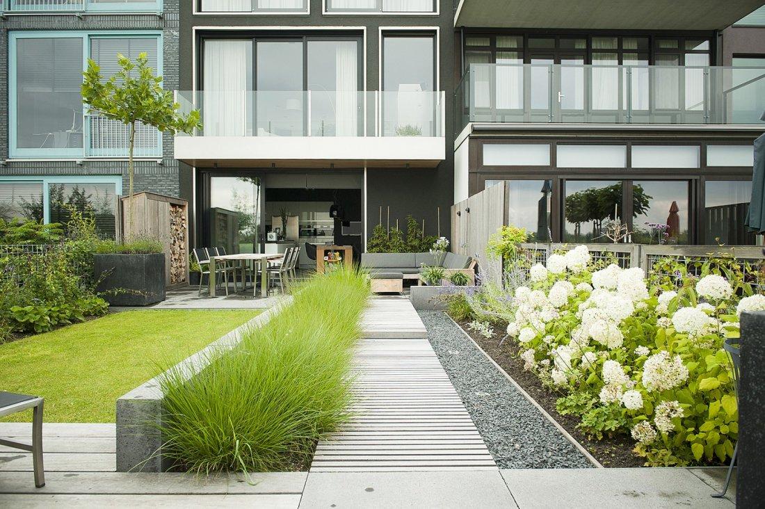 Strakke achtertuin in moderne nieuwbouw for Tuin inspiratie modern