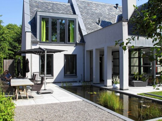 Moderne tuinarchitectuur in luxe tuin