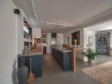 donkere keuken met betonnen vloer