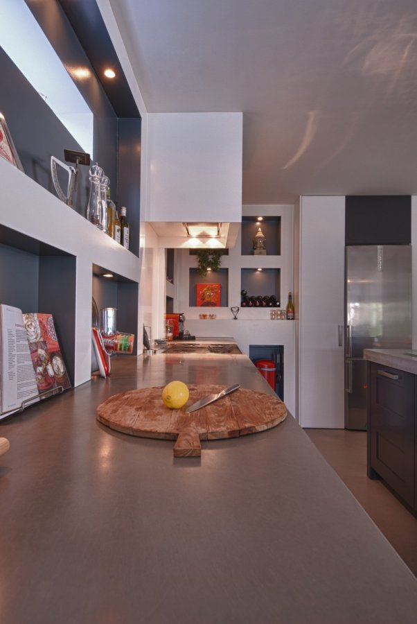Donkere keuken met betonnen vloer   walhalla.com