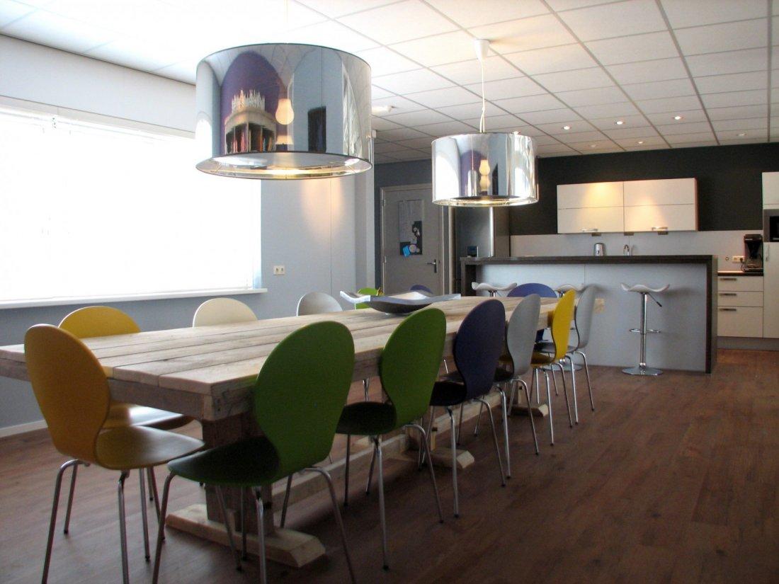 Strakke keuken lounge eetkamer in kantoorpand - Woonkamer en eetkamer ...