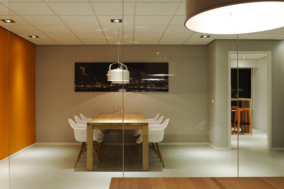 250m2 interieur showroom en kantoor for Kantoor interieur