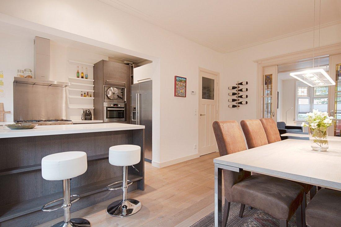 Complete verbouwing - Woonkamer met keuken geopend ...