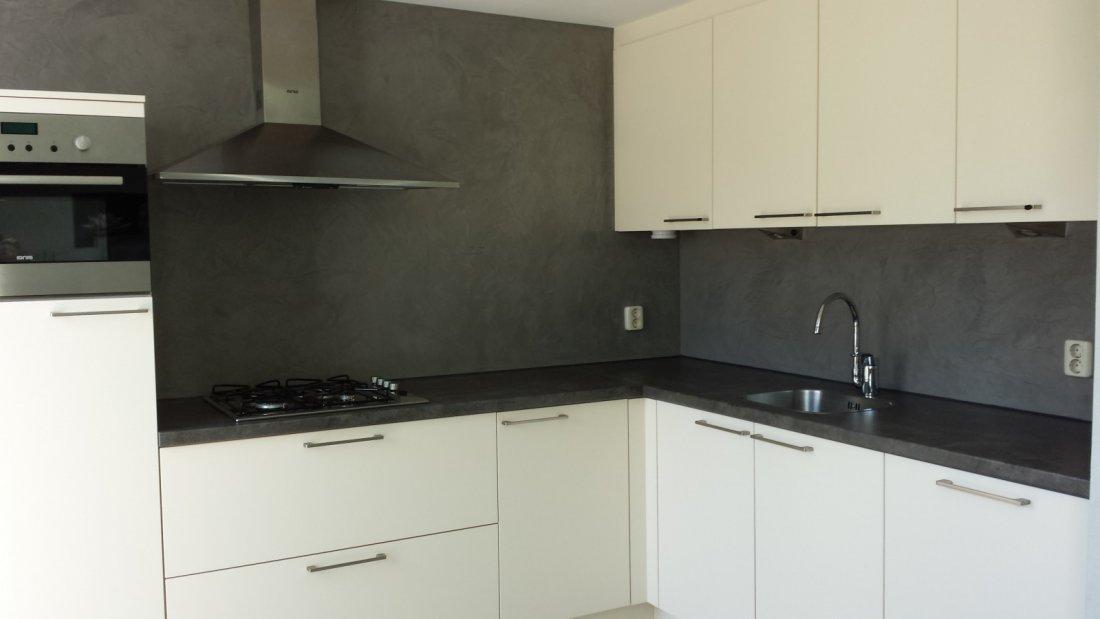 Betonlook achterwand keuken. beautiful wit met zwarte keuken en
