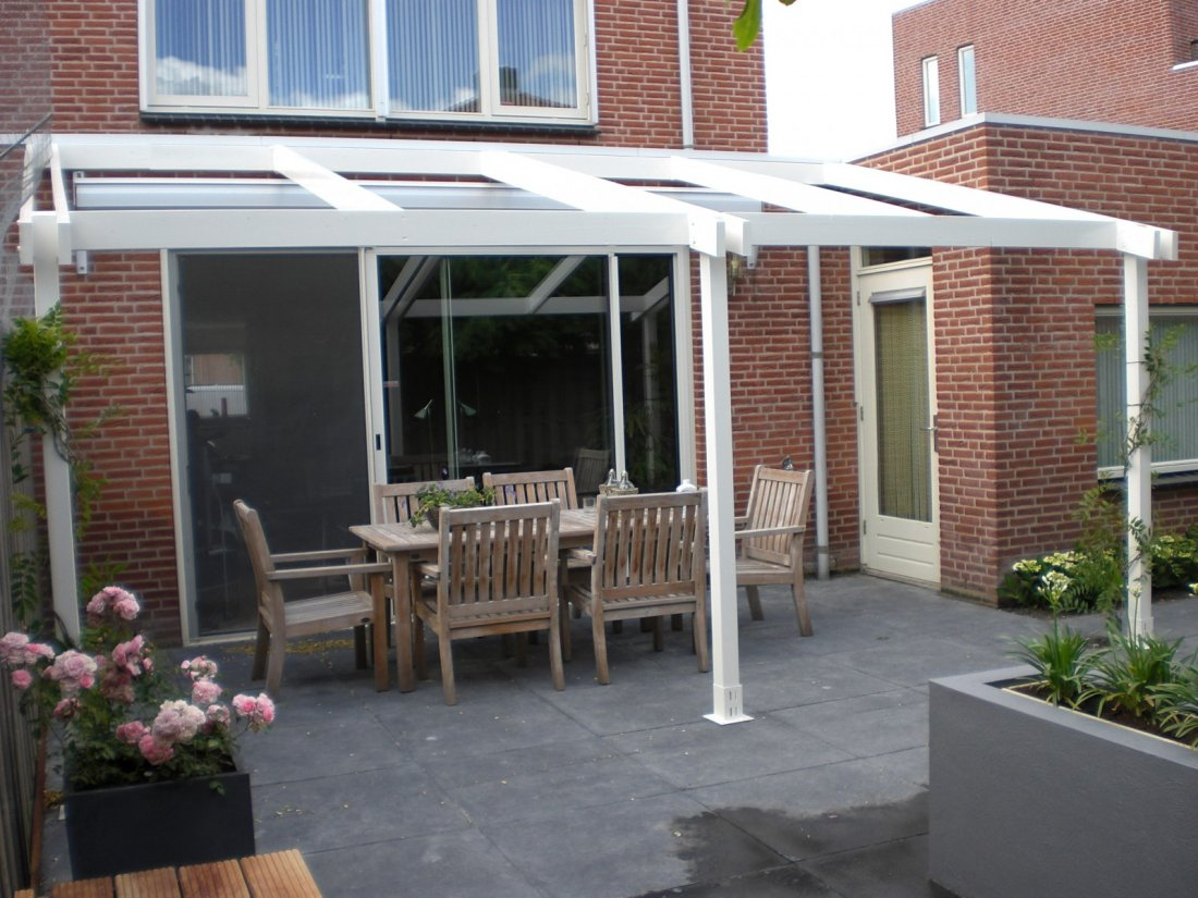 Moderne tuin met waterelement en overkapping for Tuin en design