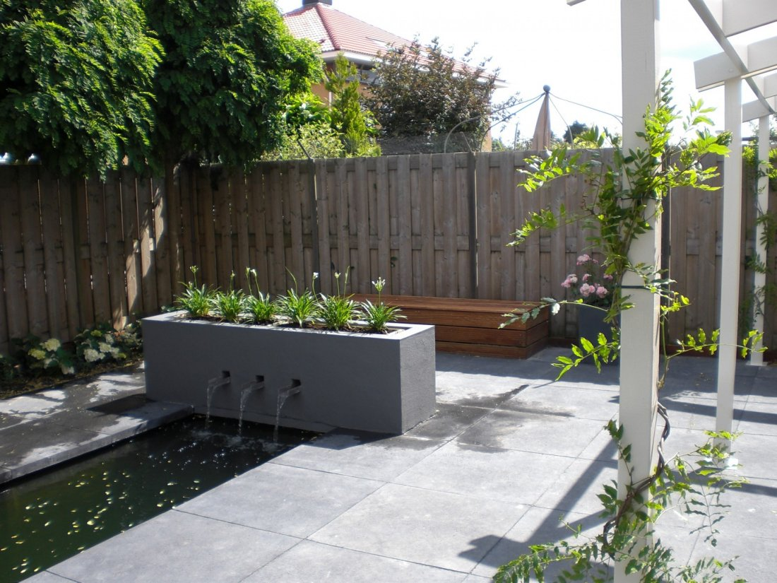 moderne tuin met waterelement en overkapping
